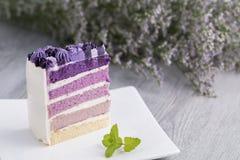 Gâteau de myrtille avec la fleur sur le bois Copiez l'espace photo stock