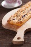 Gâteau de myrtille sur la planche à pain photos libres de droits