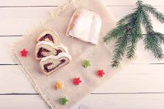 Gâteau de Noël avec du sucre en poudre, coupe en tranches sur le canva Photos libres de droits