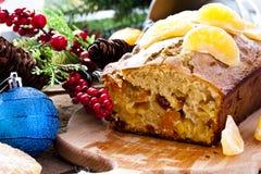 Gâteau de Noël avec la mandarine et les fruits secs photographie stock libre de droits