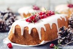 Gâteau de Noël avec le glaçage, les canneberges et le romarin de sucre Image libre de droits