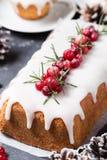 Gâteau de Noël avec le glaçage, les canneberges et le romarin de sucre Photos stock