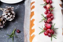 Gâteau de Noël avec le glaçage, les canneberges et le romarin de sucre Photo libre de droits