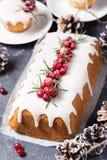 Gâteau de Noël avec le glaçage, les canneberges et le romarin de sucre Photographie stock
