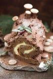 Gâteau de Noël de rondin de Noël de chocolat avec la groseille rouge sur le fond en bois Rondin de Noël de chocolat de Noël avec  photo stock