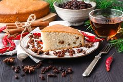 Gâteau de Noël de tradition avec des raisins secs, fruits secs image libre de droits