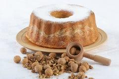 Gâteau de noix avec des noix dans l'avant Photos libres de droits