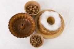 Gâteau de noix avec les noix et la vaisselle Photographie stock libre de droits