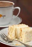 Gâteau de noix de coco avec un dégagement et un café photographie stock libre de droits