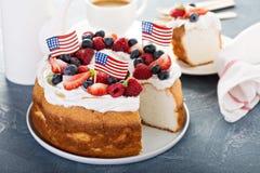 Gâteau de nourriture d'ange avec de la crème et des baies Image libre de droits