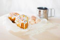 Gâteau de Pâques avec des oeufs Images stock
