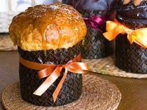 Gâteau de Pâques avec la glaçure de caramel images libres de droits