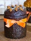 Gâteau de Pâques avec la glaçure de chocolat photos stock