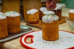 Gâteau de Pâques avec le caramel coloré image libre de droits