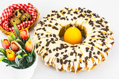 Gâteau de Pâques avec le glaçage, les cerises et le chocolat Image stock