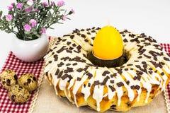 Gâteau de Pâques avec le glaçage, les cerises et le chocolat Images libres de droits