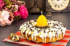 Gâteau de Pâques avec le glaçage, les cerises et le chocolat Photographie stock libre de droits