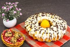 Gâteau de Pâques avec le glaçage, les cerises et le chocolat Photo stock