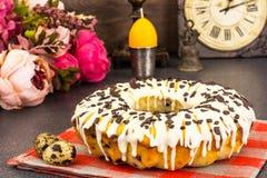 Gâteau de Pâques avec le glaçage, les cerises et le chocolat Images stock