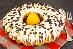 Gâteau de Pâques avec le glaçage, les cerises et le chocolat Photographie stock