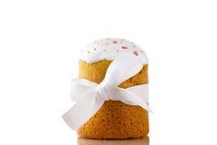 Gâteau de Pâques avec le ruban blanc d'isolement sur le fond blanc Photos stock