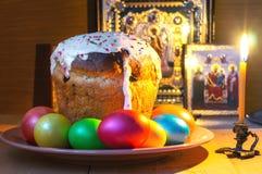 Gâteau de Pâques avec les oeufs peints Photo libre de droits