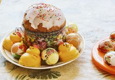 Gâteau de Pâques d'un plat entouré par des oeufs et des gâteaux de pâques en Th Image stock