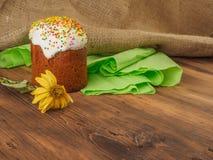 Gâteau de Pâques et fleur sèche Russe et Ukrainien, orthodoxes, kulich traditionnel de Pâques de slavic sur le fond rural de Images stock