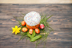 Gâteau de Pâques et oeufs colorés Photo stock