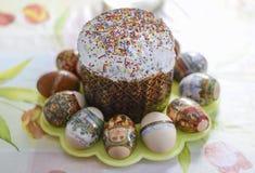 Gâteau de Pâques et oeufs colorés Pâques orthodoxe Photos stock
