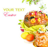 Gâteau de Pâques et oeufs peints colorés Image libre de droits