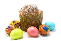 Gâteau de Pâques et six oeufs de pâques Images stock