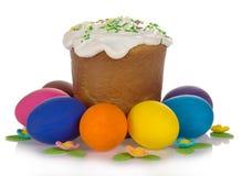 Gâteau de Pâques, oeufs colorés et les bijoux doux Photos stock
