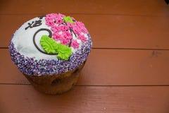 Gâteau de Pâques sur des conseils photos stock