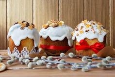 Gâteau de Pâques sur le fond en bois Photographie stock libre de droits