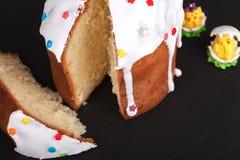 Gâteau de Pâques sur un support d'ardoise Image libre de droits