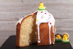 Gâteau de Pâques sur un support d'ardoise Photo libre de droits