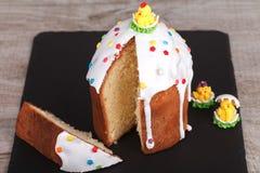 Gâteau de Pâques sur un support d'ardoise Photos stock