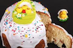 Gâteau de Pâques sur un support d'ardoise Image stock