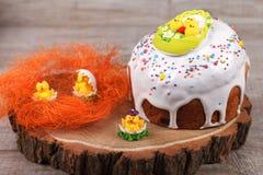 Gâteau de Pâques sur un support en bois Image libre de droits