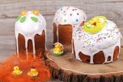 Gâteau de Pâques sur un support en bois Images libres de droits
