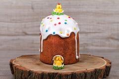 Gâteau de Pâques sur un support en bois Photographie stock libre de droits