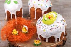 Gâteau de Pâques sur un support en bois Photo stock