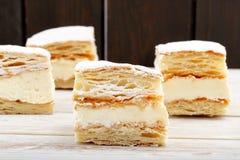 Gâteau de pâte feuilletée avec de la crème et le sucre en poudre Photos libres de droits