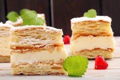 Gâteau de pâte feuilletée avec de la crème et le sucre en poudre Photographie stock