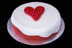 Gâteau de pâte de sucre avec le thème d'amour d'isolement sur le fond noir Image stock