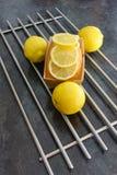 Gâteau de pain de citron sous la forme de papier brun décorée des tranches de citron Image stock