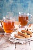 Gâteau de pain de pain d'épice avec le thé chaud Photographie stock