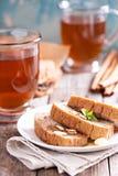 Gâteau de pain de pain d'épice avec le thé chaud Image libre de droits
