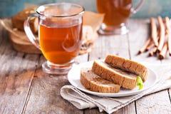 Gâteau de pain de pain d'épice avec le thé chaud Photos libres de droits